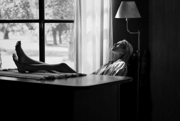 Descanso-frente-a-la-ventana-by-@paulaaranoa-Argentina
