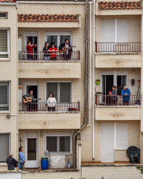 Spanish-way-of-celebrating-medical-staff-by-@nicoprg-France